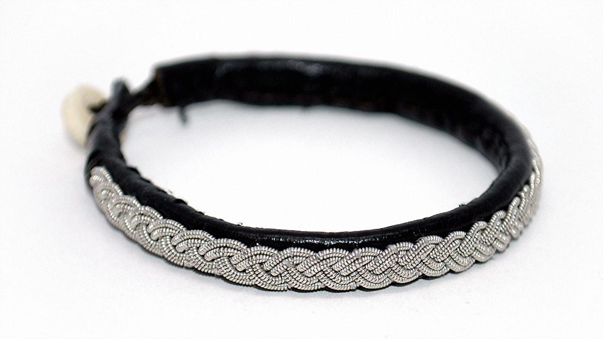 Armband med tenntrådsbrodyr