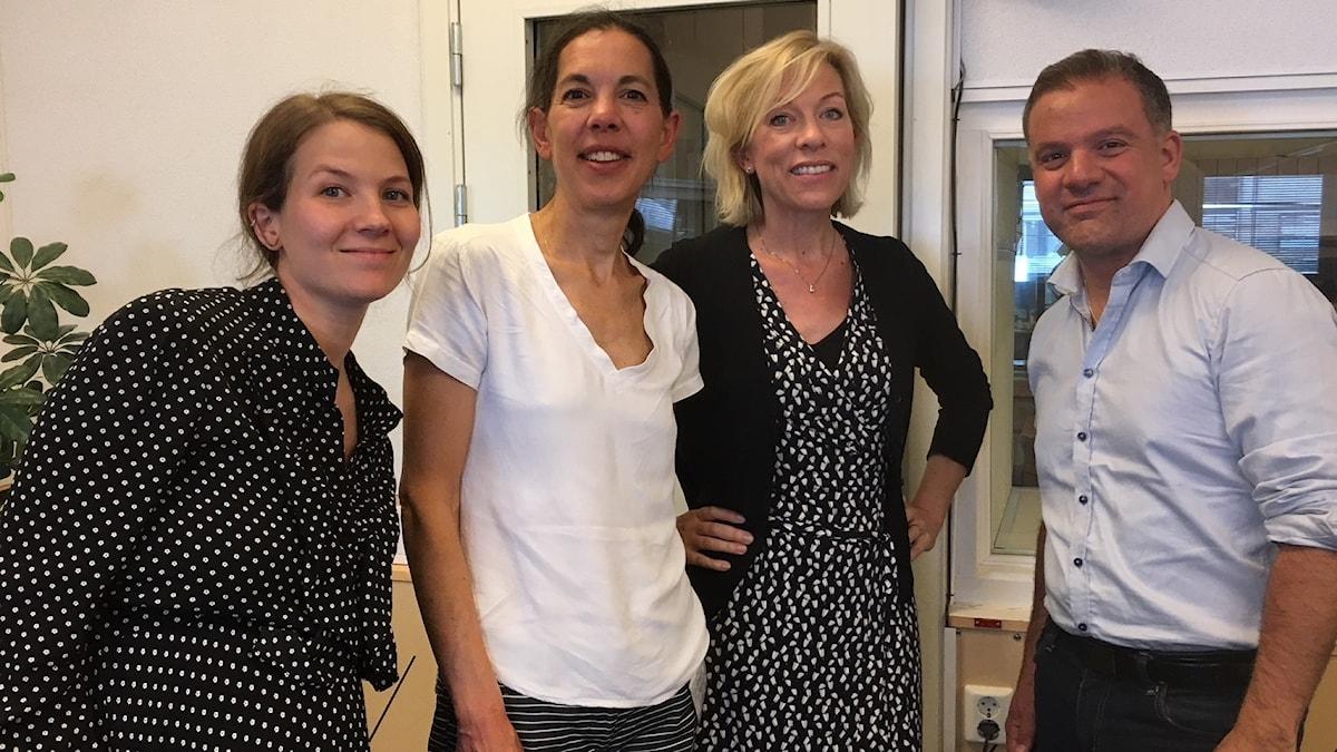 Cecilia Khavar, producent, Sanna Thorén Björling, reporter Dagens Nyheter och fd USA-korrespondent, Johan Ingerö, chef för välfärdsfrågor på marknadsliberala tankesmedjan Timbro och Ginna Lindberg, utrikeschef Ekot.