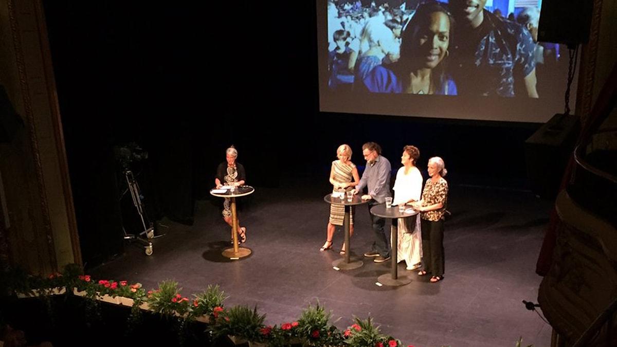 Tillfälligt hemmavarande korrespondenterna Agneta Furvik och Inger Arenander deltar, liksom Sveriges Radios Ginna Lindberg och Anders Ask.
