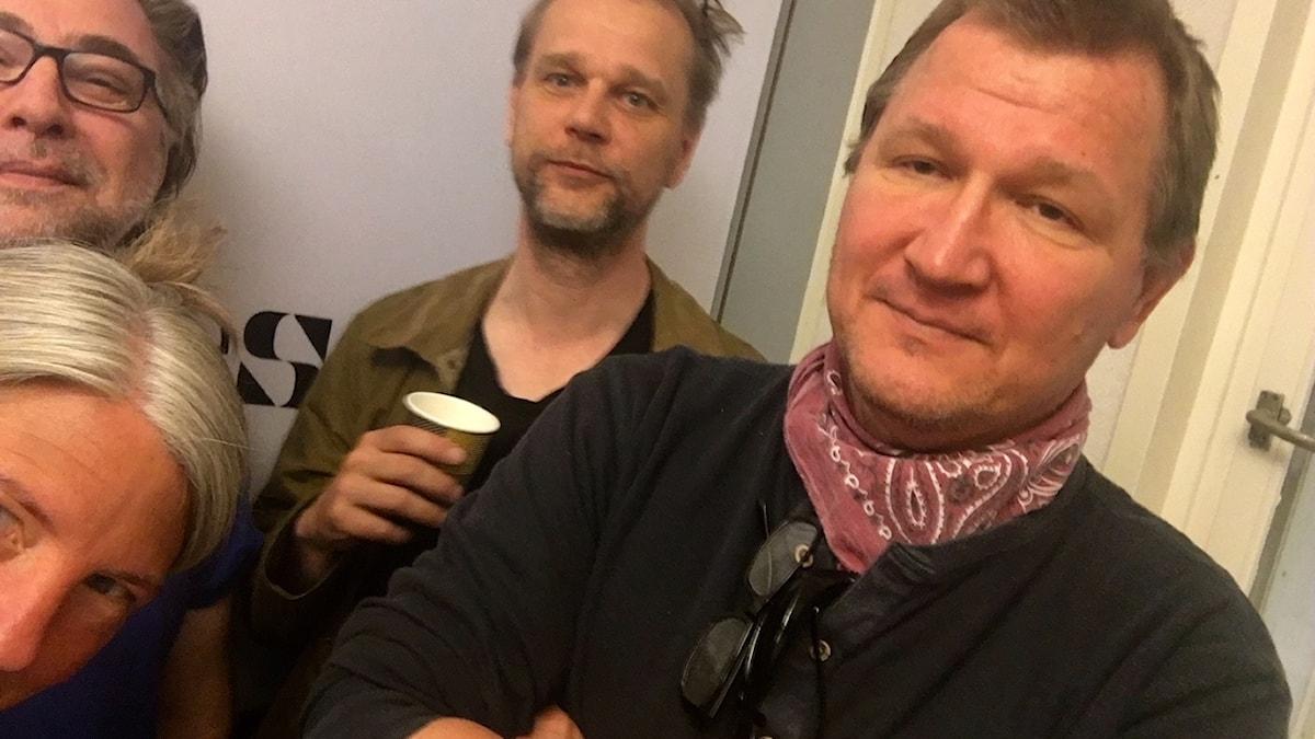 Anders Ask, utrikesredaktör på Ekot, Roland Poirier Martinsson, författare och konservativ skribent, Kristian Åström, reporter på Ekot. Sara Stenhom Pihl, programledare.
