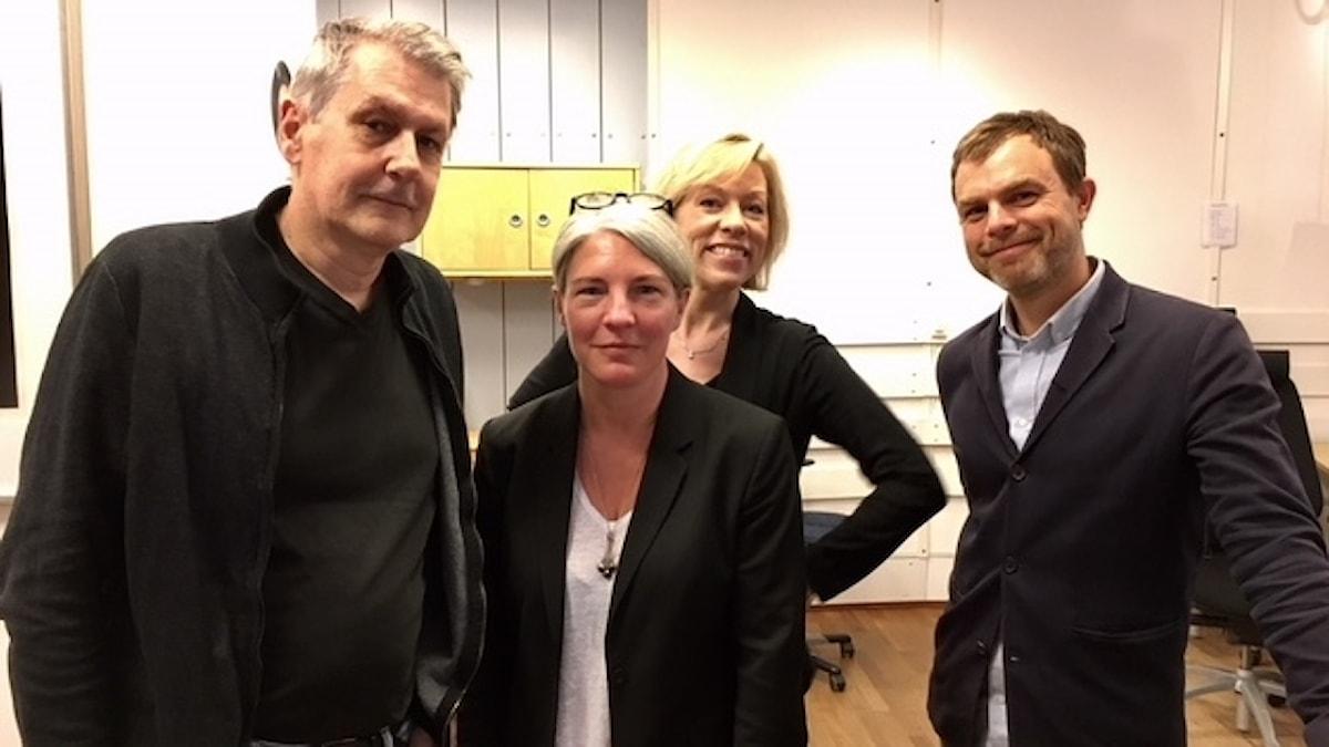 Ginna Lindberg, Ekots utrikeschef, Sten Sjöström, utrikesreporter på Ekot, Ivar Ekman, programledare Konflikt i P1 och Kajsa Boglind, Sveriges Radios Washingtonkorrespondent.