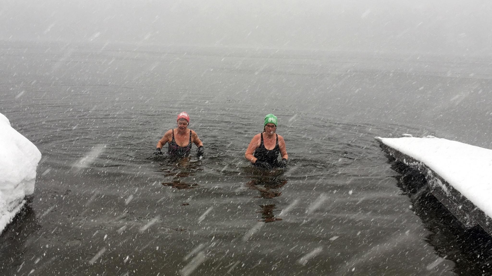 Tiina Enqvist och Iva Lundström stressar inte upp från det för dagen 0,9 grader varma (?) vattnet.