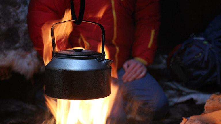 Kokkaffe över öppen eld.
