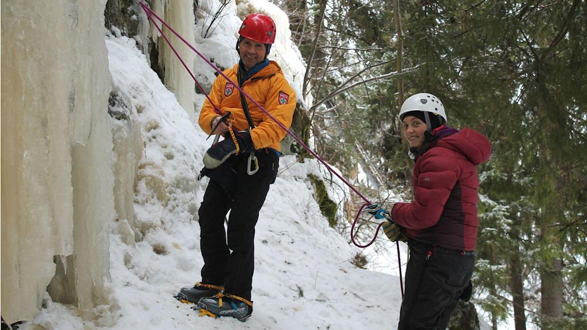 Gudmund och Nanna Söderin vid foten av den istäckta klippväggen.