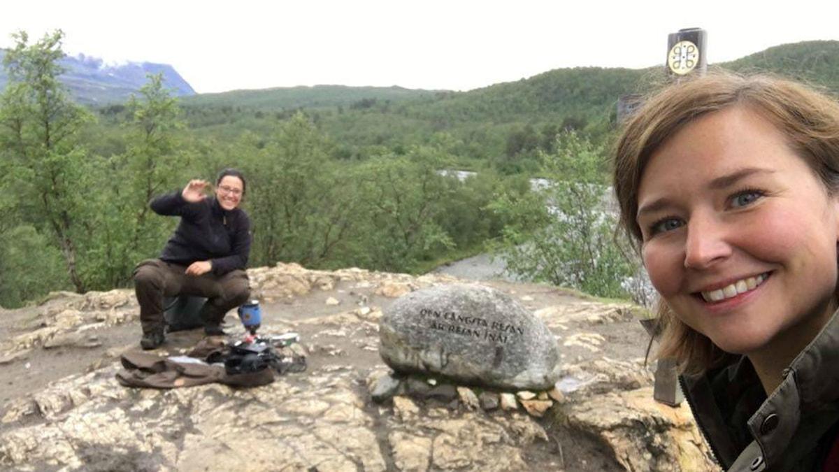 Angeliqa Mejstedt och programledare Linnea Luttu vid meditationsstenen längs Dag Hammarskjölds pilgrimsled.