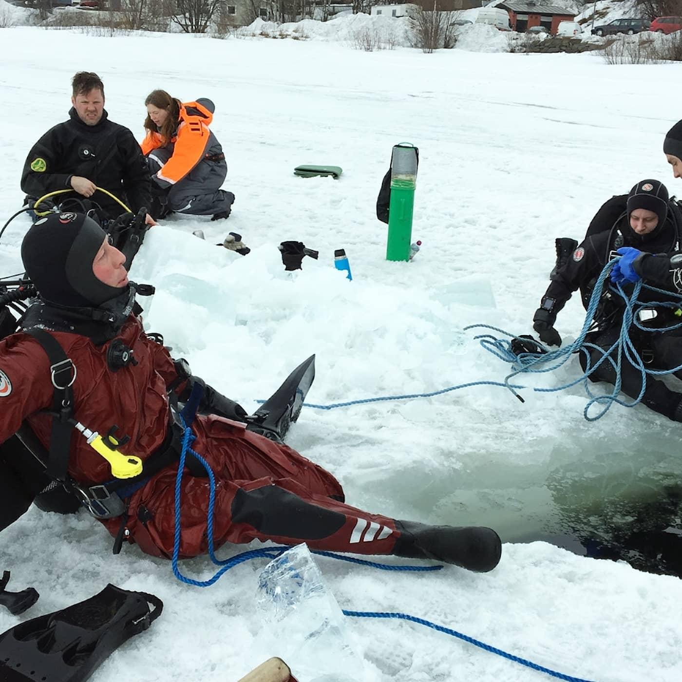 Med torrdräkt under isen