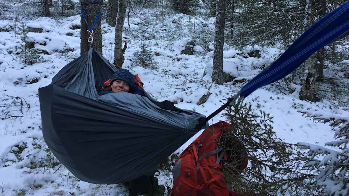 Eva i hängmattan som hon sovit i under natten.