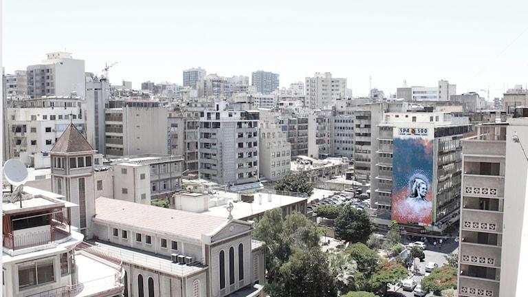 På bilden ser du flera byggnader i en stad i Libanon