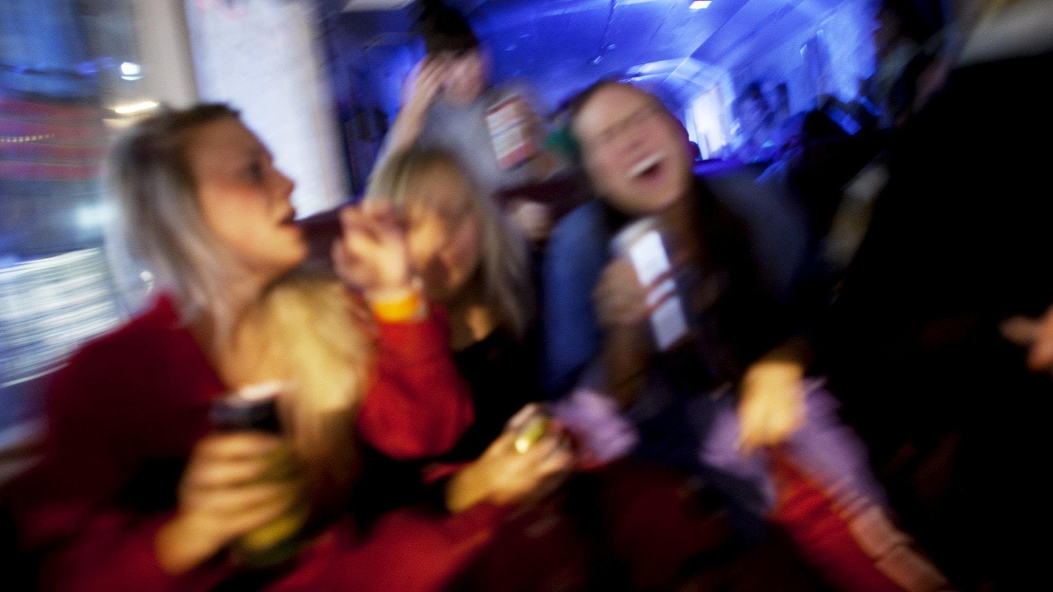 På fotot syns personer som festar.