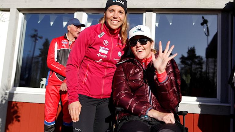 På fotot syns två skidåkerskor varav Anna sitter i rullstol.