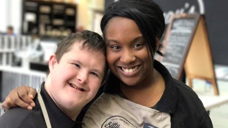 Fotot visar en kille som lutar sitt huvud mot axeln på en tjej. Och de är två av de anställda som jobbar på Bitty & Beau's café.