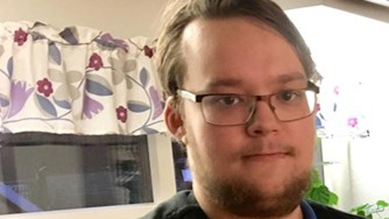 På fotot ser man Jonathan. Han har skägg och glasögon.