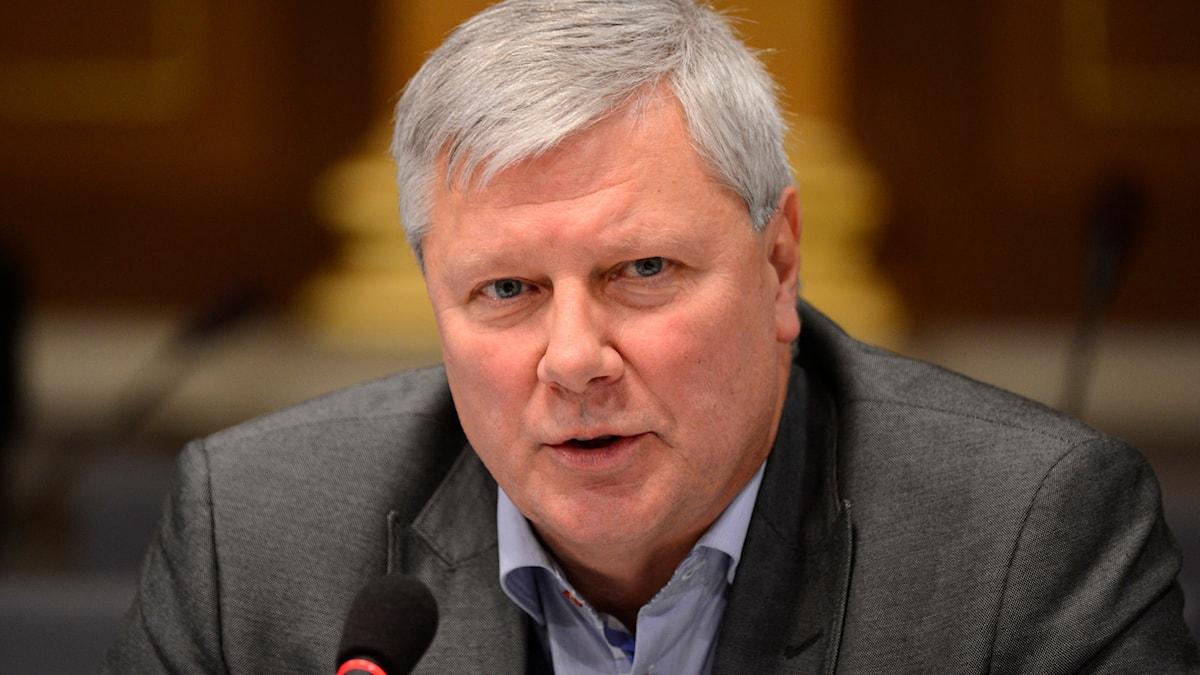 Fotot visar Lars Ohly i ksotym framför en mikrofon