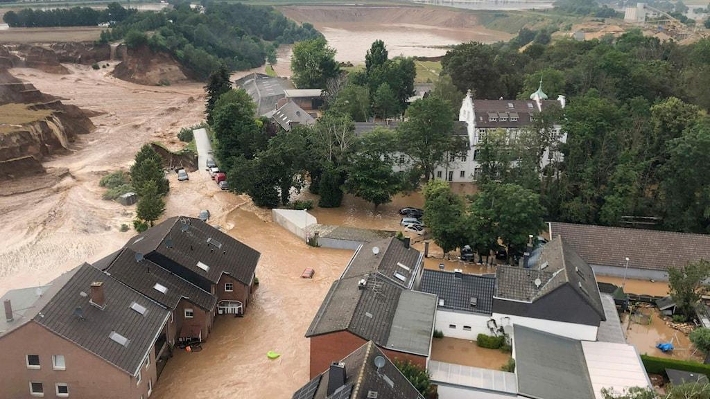 På bilden ser man delar av en översvämmad stad.