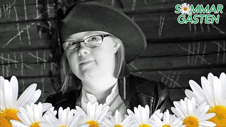 Johanna nyberg har en trekantig hatt som var vanlig på 1700-talet. Hon har också en modern svart skinnväst.