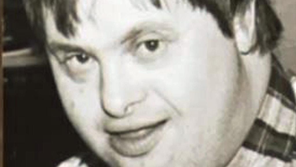 På fotot ser man en man med Downs syndrom.