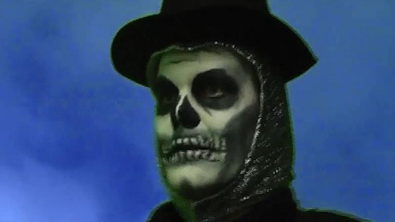 På fotot är Tomas sminkad så att han ser ut som en döskalle. På huvudet har han en hatt.