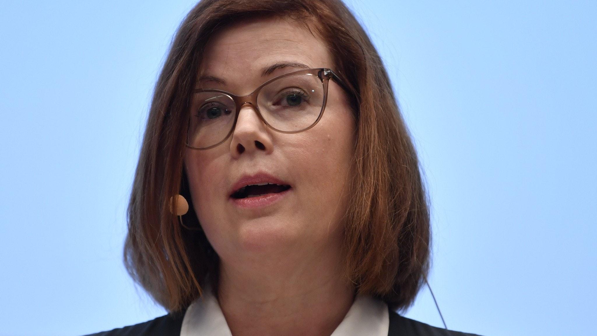 På bilden syns Anna Starbrink. Hon har glasögon och en pagefrisyr.