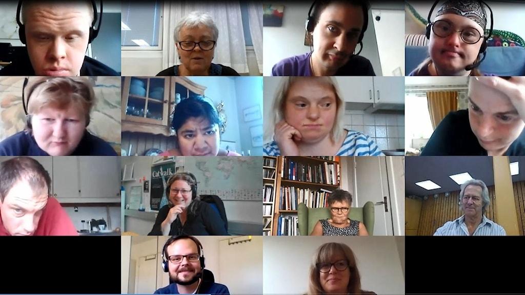 Deltagarna på kursen Anpassad IT:s lektion. Elever, lärare, skolans tekniker, Klartexts reporter och längst ned syns personal från Myndigheten för tillgängliga medier.
