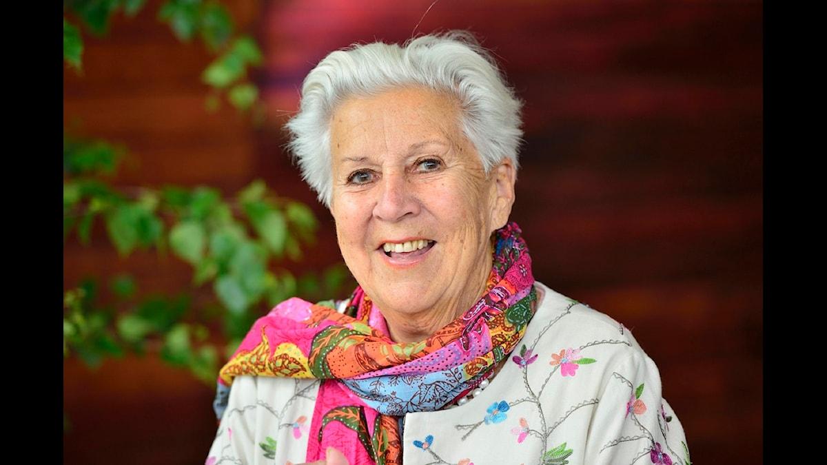 Kerstin dellert är gråhårig och har en scarf i många färger.
