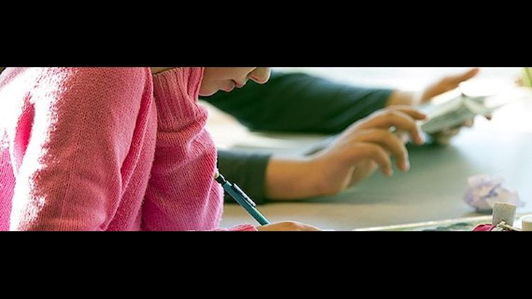 Några elever sitter och skriver.