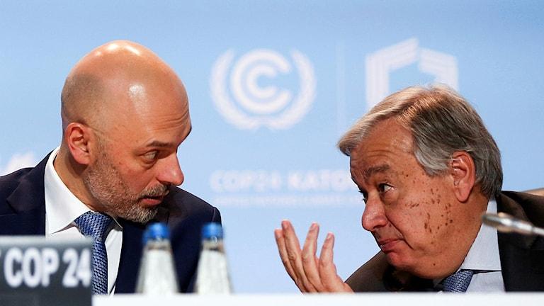 FN:s chef Antonio Guterres diskuterar med en politiker på klimatmötet i Polen.