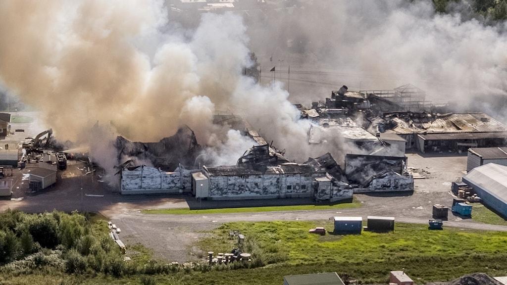 På fotot syns hur mycket rök stiger upp från bageriet. Bageriet ser ut som en stor fabriksbyggnad.