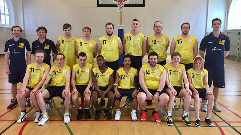 Hela Team Sweden på en basketplan.