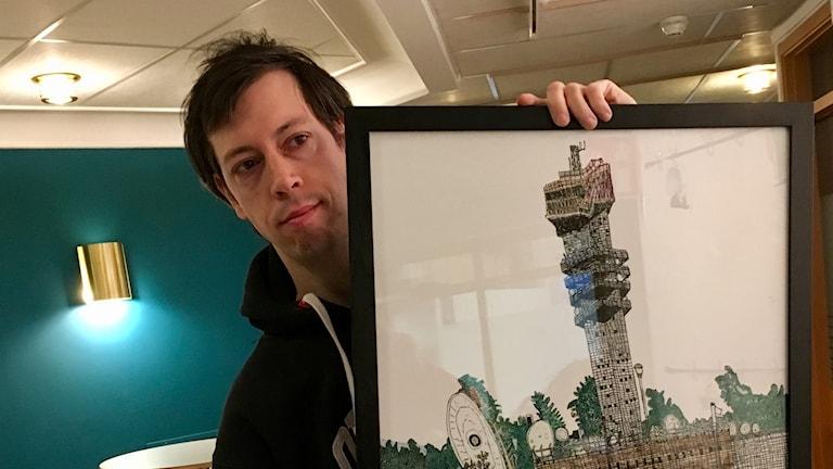 På fotot syns Petter som håller upp sin tavla.