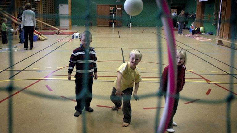 Tre barn med Downs syndrom lär sig spela handboll.