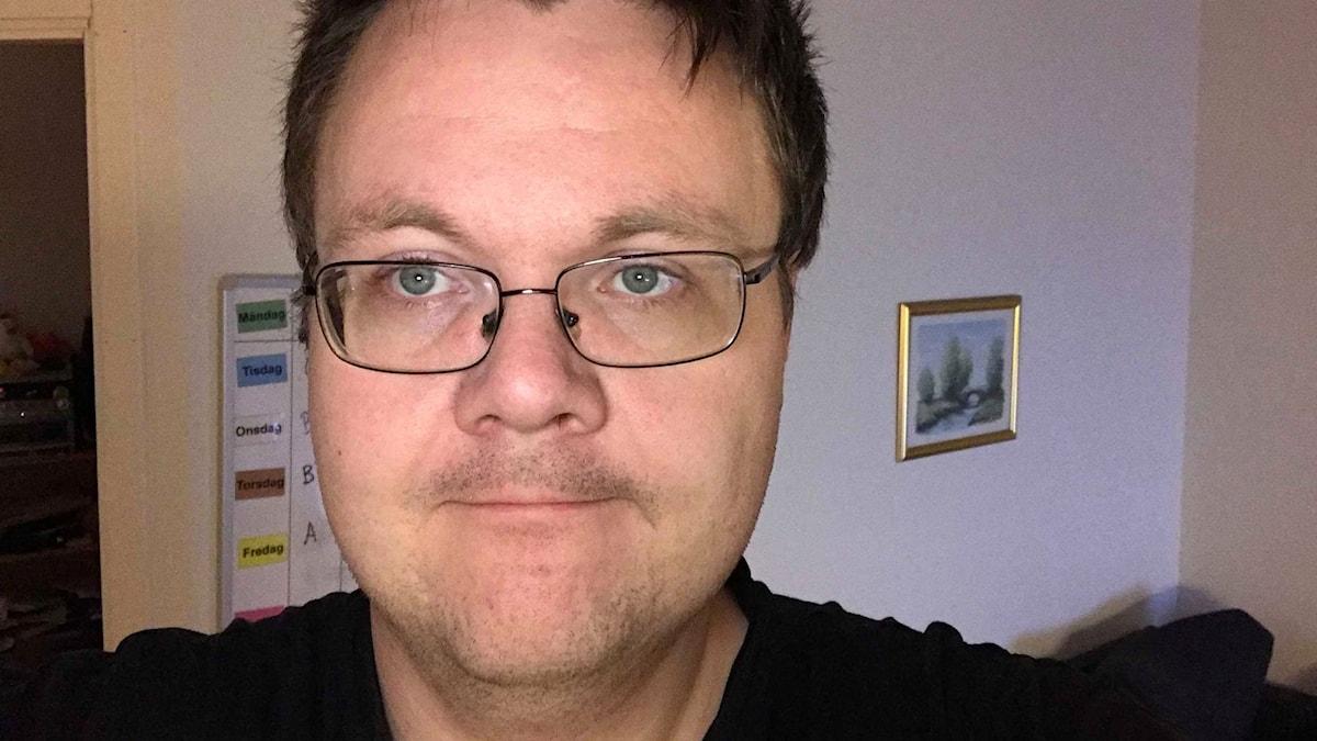 Magnus Mjörnman i sin lägenhet.