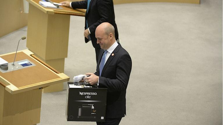 Fredrik Reinfeldt fick många presenter i riksdagen idag. Foto: Jessica Gow/TT