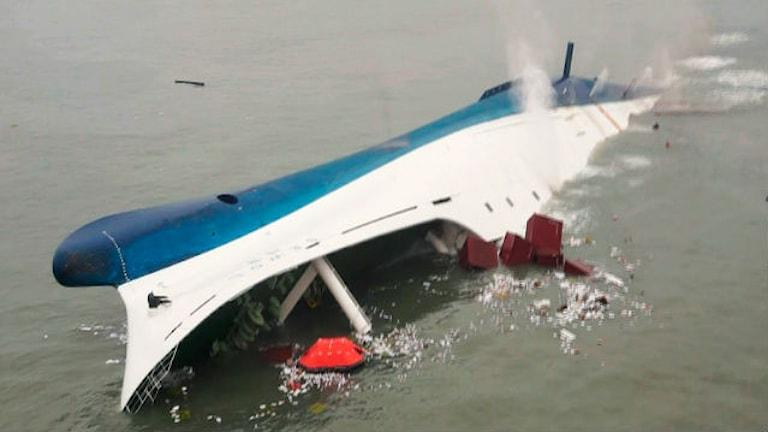 Båten ligger på sidan.