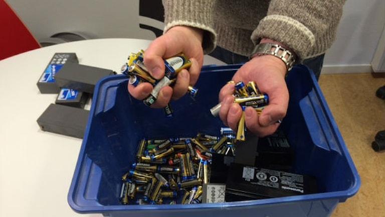 En låda full med batterier. Foto Klartext Eva Larsen