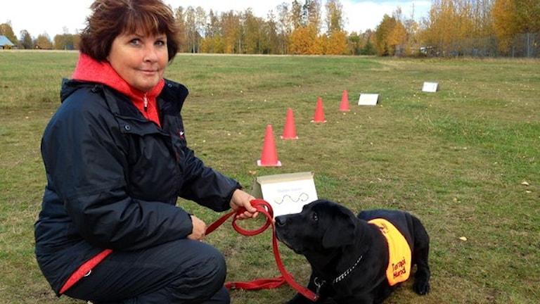 Hundföraren Lena Sjöberg tillsammans med hunden Elsa. Foto: Eva Rehnström