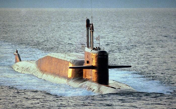 Ubåten har gått upp till vattenytan.