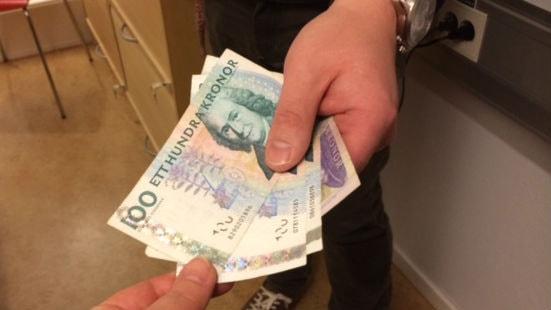 En person lämnar tillbaka lånade pengar