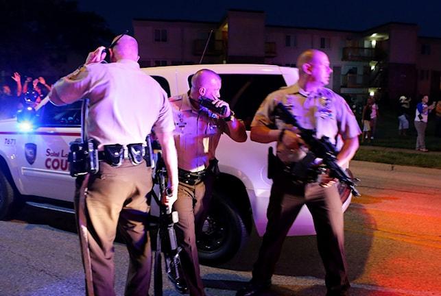 Amerikanska poliser med vapen.