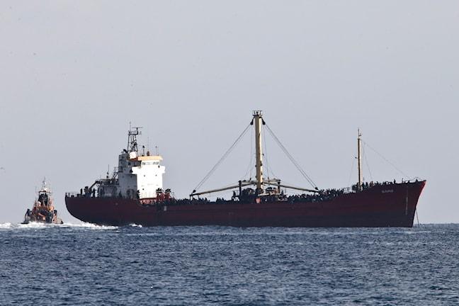 bilden visar ett stort fartyg överlastat med människor