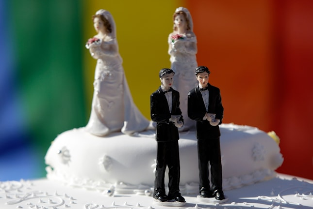 En bröllopstårta med 2 kvinnor som gifter sig med varandra och 2 män som gifter sig med varandra.