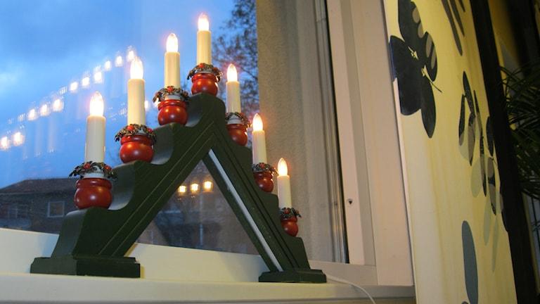 Adventljusstake i fönster. Foto: Anna Björndahl/Sveriges Radio.