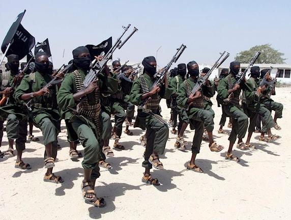 Bilden visar soldater med vapen som tränar.