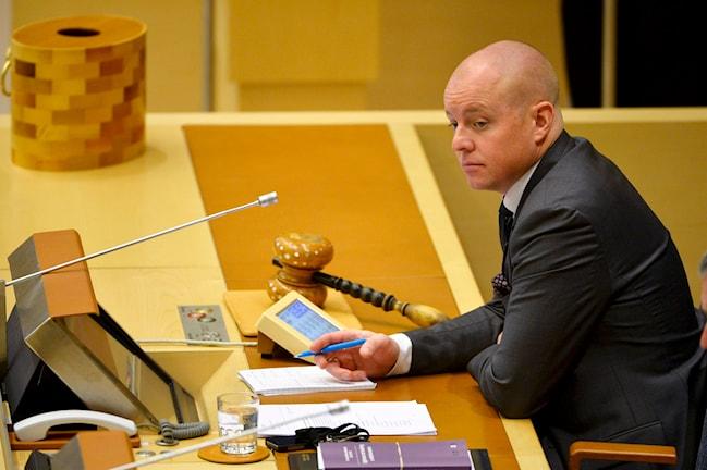 Bredvid Björn Söder ligger en stor klubba av trä och den kan han slå i bordet när ett beslut är taget.