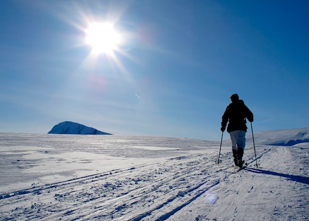 En person åker skidor en solig vinterdag