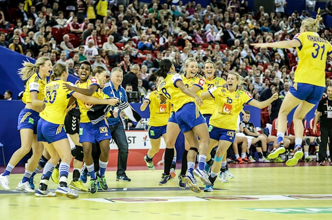 Svenskarna hoppar och skriker.