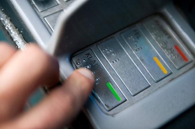 Punktskrift på en bankomat där man kan ta ut pengar. Foto: Henrik Montgomery/TT