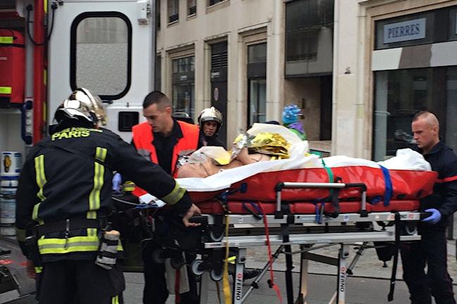 En bår rullas in i en ambulansbil.
