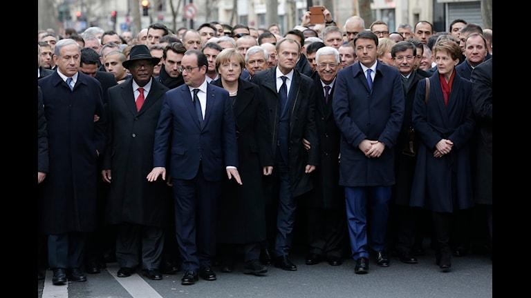 Politikerna är finklädda och ser allvarliga ut.
