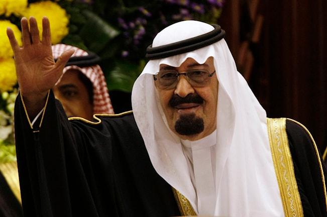 Han är klädd i traditionella arabiska kläder.