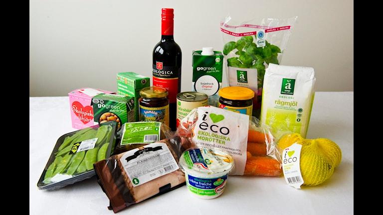 På bilden finns bland annat skinka, grönsaker och vin.